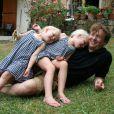 Le prince Friso d'Orange-Nassau, décédé le 12 août 2013, avec ses filles Zaria et Luana en 2010