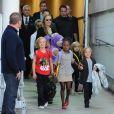 Angelina Jolie arrive à Sydney avec sa petite famille heureuse, ses enfants Shiloh, Maddox, Pax, Zahara, Vivienne et Knox, le 6 septembre 2013.