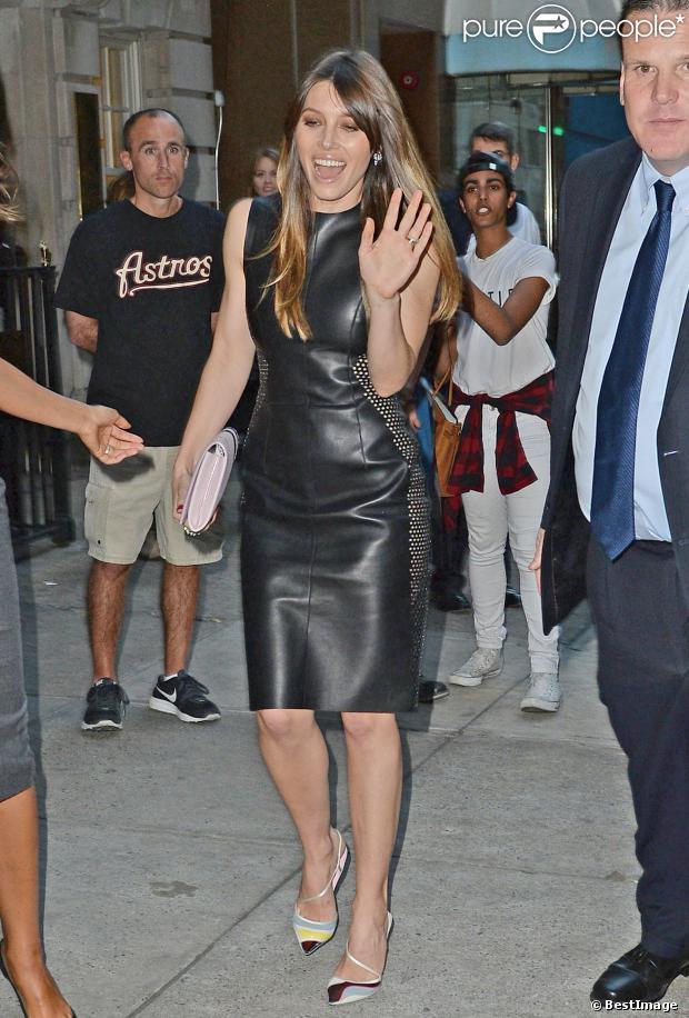 Jessica Biel porte petite robe noire en cuir