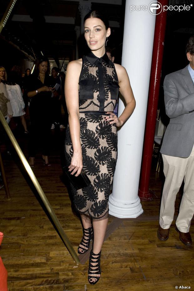 Jessica Pare en robe en dentelles noire et à doublure beige