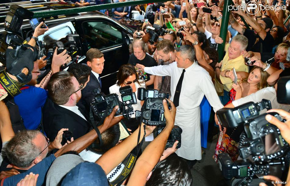 Victoria Beckham, assaillie par les photographes et les curieux, arrive au restaurant Balthazar dans le quartier de SoHo. New York, le 8 septembre 2013.
