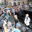 Arrivée mouvementée en van noir pour Victoria Beckham, son mari David et leur fille Harper au restaurant Balthazar, dans le quartier de SoHo. New York, le 8 septembre 2013.
