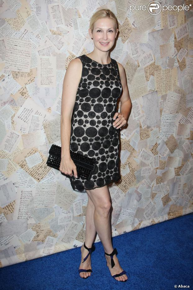 Kelly Rutherford en petite robe en dentelle noire à motifs ronds et à doublure beige