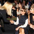 Jane Krakowski salue Olivia Palermo et Ashley Greene lors du défilé KaufmanFranco printemps-été 2014. New York, le 9 septembre 2013.
