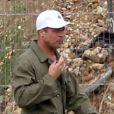 """Exclusif - Brad Pitt sur le tournage de """"Fury"""" de David Ayer au Royaume-Uni, le 10 septembre 2013. L'acteur dissimule son crâne nouvellement rasé sous une casquette blanche."""