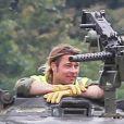 """Exclusif - Brad Pitt, les cheveux encore longs, apprend à conduire un tank sur le tournage de """"Fury"""" au Royaume-Uni le 3 septembre 2013."""