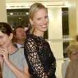 Karolina Kurkova célèbre la Vogue Fashion Night Out 2013 dans la boutique Roberto Cavalli. Milan, le 17 septembre 2013.