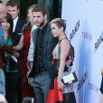 """Miley Cyrus et son fiancé Liam Hemsworth, ensemble pour la première fois sur un tapis rouge depuis un an, à la première du film """"Paranoia"""" à Los Angeles, le 8 aout 2013."""