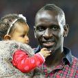 Mamadou Sakho avec sa fille Aïda pour dire adieu aux supporters du PSG après le match contre l'AS Monaco au Parc des Princes le 22 septembre 2013.