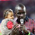 Le défenseur Mamadou Sakho avec sa fille Aïda pour dire au revoir aux supporters du PSG après le match contre l'AS Monaco au Parc des Princes le 22 septembre 2013.