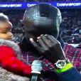 Mamadou Sakho avec sa fille Aïda pour dire au revoir aux supporters du PSG après le match contre l'AS Monaco au Parc des Princes le 22 septembre 2013.
