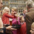 Le roi Philippe de Belgique, son épouse la reine Mathilde et leurs quatre enfants Elisabeth, Gabriel, Emmanuel et Eléonore ont surpris les Bruxellois en prenant leur vélo pour participer au ''dimanche sans voiture'' le 22 septembre 2013. Venue du château de Laeken, la tribu royale a fait une halte sur la Grand-Place.