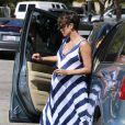 Halle Berry très enceinte, sort de sa voiture et va acheter un smoothie au Jamba Juice à Studio City, le 23 septembre 2013.