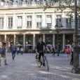 Hugh Jackman a loué un vélo pour se balader à Paris le 24 septembre 2013