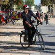 Hugh Jackman se promène dans les rues de Paris sur une bicyclette de location à Paris le 24 septembre 2013