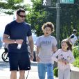 Hugh Jackman avec ses enfants Ava et Oscar à New York le 17 juin 2012