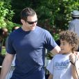 Hugh Jackman dans les rues de New York le 17 juin 2012 avec son fils Oscar