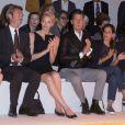 La princesse Charlene de Monaco assiste au défilé Akris printemps-été 2014 au côté de Peter Kriemler, PDG d'Akris (à gauche), et de Stefano Tonchi, rédacteur en chef du magazine W (à droite). Paris, le 29 septembre 2013.