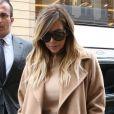 Kim Kardashian dans un manteau Max Mara est allée faire du shopping chez Hermès à Paris. Le 30 septembre 2013.