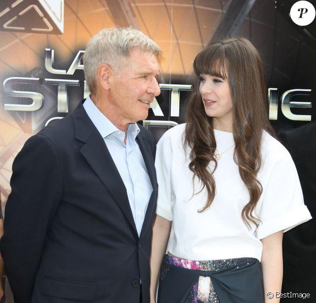 """Hailee Steinfeld et Harrison Ford pendant le photocall du film """"La stratégie Ender"""" à l'hôtel Mandarin à Paris, le 2 octobre 2013."""