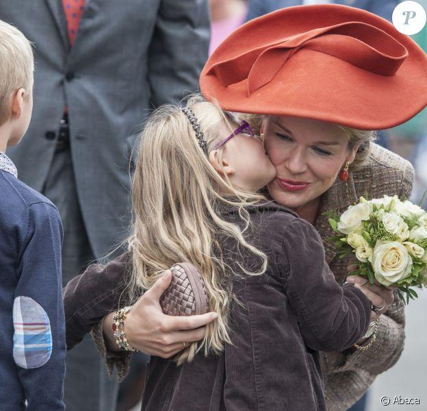 Mathilde et les enfants, une histoire d'amour ! Le roi Philippe et la reine Mathilde de Belgique étaient en visite à Namur, sixième étape de leur tournée inaugurale Joyeuses entrées, le 2 octobre 2013.