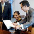 La princesse Victoria de Suède signe le livre d'or sous le regard de Ban Ki-moon, en visite au siège des Nations unies à New York le 4 octobre 2013.