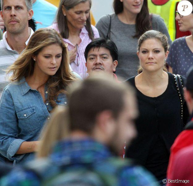 La princesse Madeleine de Suède, enceinte, a fait du shopping sur la 5e Avenue à New York le 5 octobre 2013, en compagnie de son mari Chris O'Neill et de sa soeur la princesse Victoria, venue en visite à l'ONU.