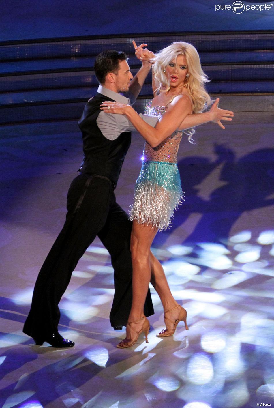 Victoria Silvstedt danse une salsa endiablée sur le plateau de Ballando con le stelle, en Italie, le samedi 5 octobre 2013.