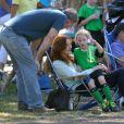 Marcia Cross et son époux Tom Mahoney assistent au match de foot de leurs filles Savannah et Eden à Brentwood, Los Angeles, le 5 octobre 2013.