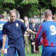 Le prince William joue au foot lors d'un match organisé pour le 150e anniversaire de la Fédération anglaise le 7 octobre 2013 au palais de Buckingham.
