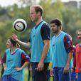 Le prince William joue au foot pour le 150e anniversaire de la Fédération anglaise le 7 octobre 2013 au palais de Buckingham.