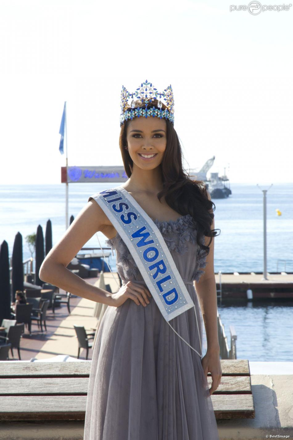 La bombe Megan Young, Miss Monde 2013, pose lors d'un photocall à l'occasion du Mipcom à Cannes, le 8 octobre 2013.