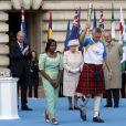Elizabeth II lors de la cérémonie de lancement, le 9 octobre 2013 à Buckingham Palace, du relais du Bâton de la reine pour les 20e Jeux du Commonwealth, qui se dérouleront à Glasgow en Ecosse à partir du 24 juillet 2014.