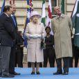 Elizabeth II lors de la cérémonie inaugurale, le 9 octobre 2013 à Buckingham Palace, du relais du Bâton de la reine pour les 20e Jeux du Commonwealth, qui se dérouleront à Glasgow en Ecosse à partir du 24 juillet 2014.