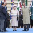 La reine Elizabeth et le prince Philip au départ du relais du Bâton des Jeux du Commonwealth 2014 au palais de Buckingham à Londres le 9 octobre 2013