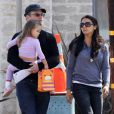 Exclusif - Matt Damon, son épouse Luciana Barroso et leur fille Stella se promènent à Los Angeles, le 11 octobre 2013