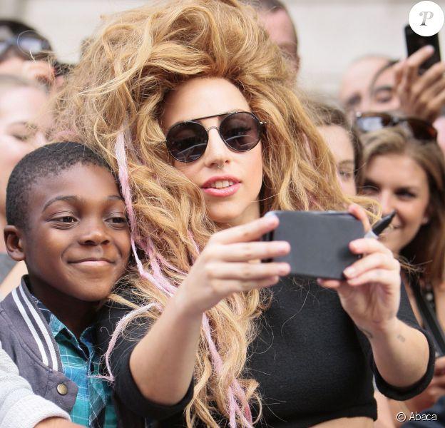 Lady Gaga fait plaisir à ses fans et se prend en photo avec eux avec leur smartphone