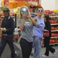 Rita Ora s'amuse à photographier les paparazzi
