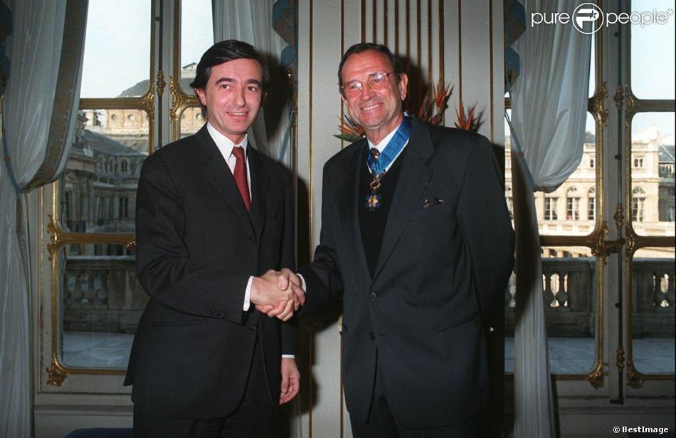 Philippe Douste-Blazy décore Georges Descrières de l'Ordre national du mérite le 30 novembre 1995 à Paris.