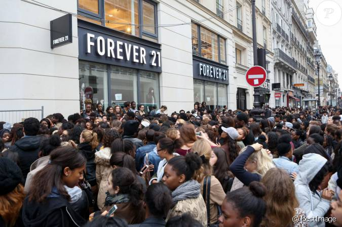 la police a t d pass e par les v nements lors de l 39 ouverture du magasin forever 21 paris. Black Bedroom Furniture Sets. Home Design Ideas