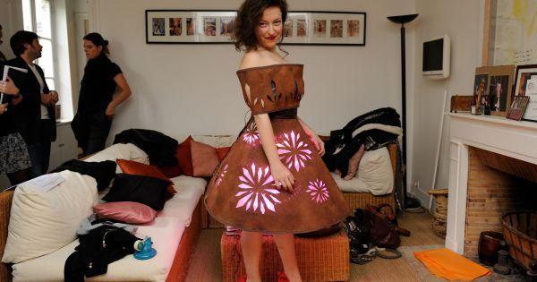Giulia clara kessous essaye sa robe paris pour le d fil for Salon du x porte de versailles