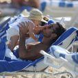Lola Ponce et Aaron Diaz avec leur fille Erin (8 mois) à Miami le 27 octobre 2013.