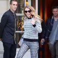 La jolie comédienne Blake Lively sort de son hôtel Shangri-La à Paris le 30 octobre 2013