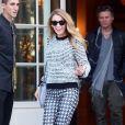 Blake Lively, stylée et cachée derrière ses lunettes Chanel sort de son hôtel Shangri-La à Paris le 30 octobre 2013