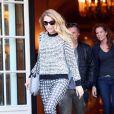 La pétillante Blake Lively sort de son hôtel Shangri-La à Paris le 30 octobre 2013