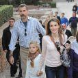 Letizia et Felipe d'Espagne jouant les touristes à Grenade avec leurs filles Leonor et Sofia le 1er novembre 2013