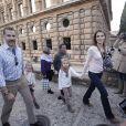 Letizia et Felipe d'Espagne se promènent au palais de l'Alhambra à Grenade avec leurs filles Leonor et Sofia le 1er novembre 2013