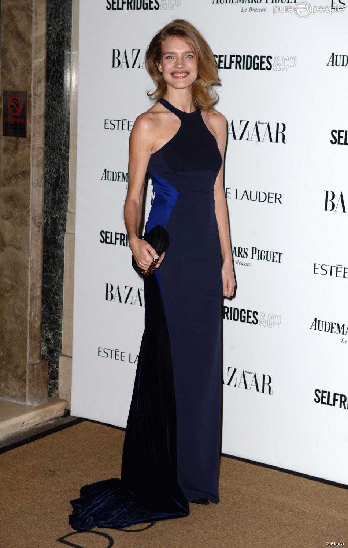 Natalia Vodianova, radieuse en robe Stella McCartney, assiste aux Harper's Bazaar Women of the Year Awards à l'hôtel Claridge's. Londres, le 5 novembre 2013.