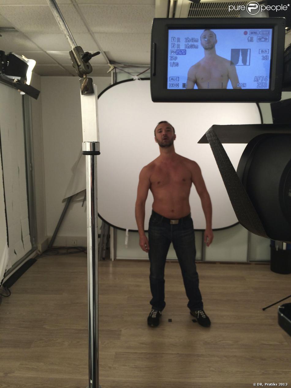 Alexandre Devoisetorse nu à Paris pour une vidéo contre le cancer du sein - novembre 2013.