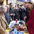 """Joli bain de foule pour le couple britannique  ! Le prince William et Kate Middleton, duchesse de Cambridge, rencontrent les bénévoles du """"London Poppy Day"""" à Londres. Le 7 novembre 2013"""